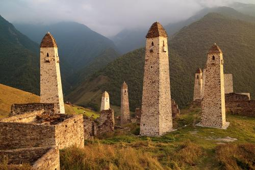1280px-Caucasus,_Ingushetia,_Ингушские_боевые_и_смотровые_башни,_горы_Кавказа